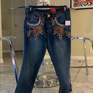 Jeans size 2, never worn. Lovely embroidery!